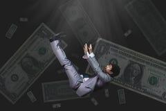 Hombre de negocios que cae y de griterío en billete de banco del desgaste formal en el bl Foto de archivo