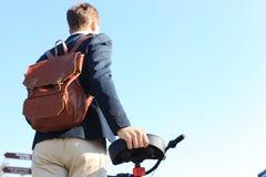Hombre de negocios que camina con la bici en calle después de trabajo Fotos de archivo libres de regalías