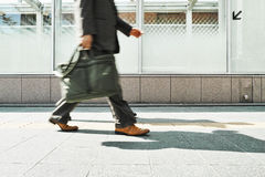 Hombre de negocios que camina en el día Fotos de archivo libres de regalías
