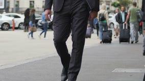 Hombre de negocios que camina en la calle cerca de la estación de tren, turismo, a cámara lenta almacen de video