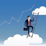 Hombre de negocios que camina en las escaleras con el fondo del cielo azul y las nubes blancas Imagenes de archivo