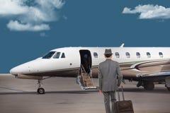 Hombre de negocios que camina hacia un jet privado imagen de archivo libre de regalías