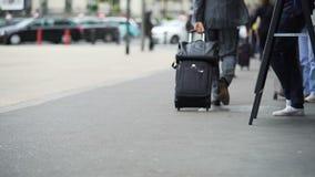 Hombre de negocios que camina a la estación de tren con la maleta, viaje de negocios, viaje almacen de video