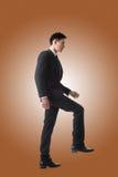 Hombre de negocios que camina para arriba en las escaleras fotografía de archivo libre de regalías