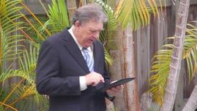 Hombre de negocios que camina With Tablet almacen de metraje de vídeo