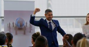 Hombre de negocios que celebra éxito en el seminario 4k del negocio metrajes