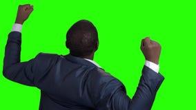 Hombre de negocios que celebra la victoria, vista posterior almacen de metraje de vídeo