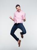 Hombre de negocios que celebra su éxito y salto Fotos de archivo