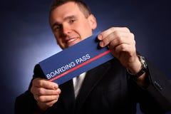 Hombre de negocios que celebra un documento de embarque Foto de archivo libre de regalías