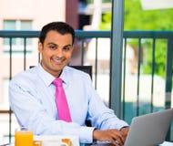 Hombre de negocios que come el desayuno Imagenes de archivo
