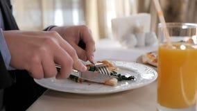 Hombre de negocios que come la pizza para el almuerzo en un restaurante metrajes