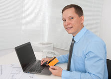 Hombre de negocios que compra en línea con de la tarjeta de crédito Fotos de archivo libres de regalías