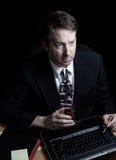 Hombre de negocios que comprueba datos con minuciosidad tarde en la noche Imagenes de archivo