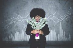 Hombre de negocios que consigue el dinero de su smartphone Fotos de archivo