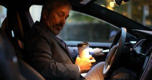 Hombre de negocios que consigue en el coche en la estaci?n de carga 4k almacen de metraje de vídeo