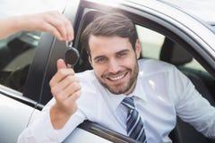 Hombre de negocios que consigue su nueva llave del coche fotos de archivo libres de regalías