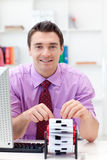 Hombre de negocios que consulta su sostenedor de la tarjeta de visita Imágenes de archivo libres de regalías