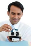 Hombre de negocios que consulta un sostenedor de la tarjeta de visita Fotografía de archivo