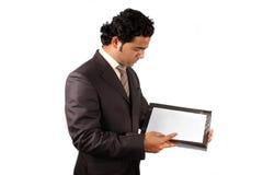 Hombre de negocios que controla documentos Imagenes de archivo