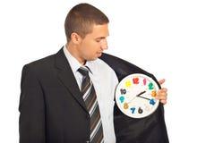 Hombre de negocios que controla el tiempo Fotografía de archivo