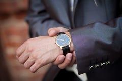 Hombre de negocios que controla el tiempo Imagen de archivo libre de regalías
