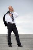 Hombre de negocios que conversa en el teléfono móvil Fotos de archivo libres de regalías