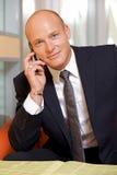 Hombre de negocios que conversa en el teléfono móvil, portra Foto de archivo
