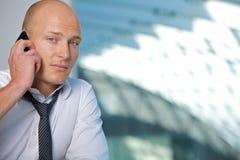 Hombre de negocios que conversa en el teléfono móvil, retrato Fotos de archivo