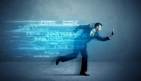 Hombre de negocios que corre con concepto del dispositivo y de los datos Fotografía de archivo libre de regalías