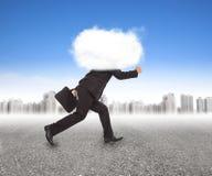 Hombre de negocios que corre con la cabeza en las nubes fotos de archivo libres de regalías