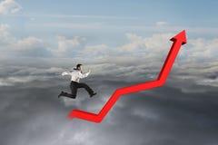 Hombre de negocios que corre en línea de tendencia roja del crecimiento Imagen de archivo libre de regalías