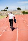 Hombre de negocios que corre en una pista corriente Imagen de archivo