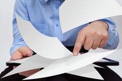 Hombre de negocios que corrige concepto de los documentos electrónicos Fotografía de archivo