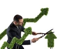 Hombre de negocios que corta y ajusta una planta formada como un stats de la flecha Concepto de compañía de lanzamiento represent fotografía de archivo libre de regalías