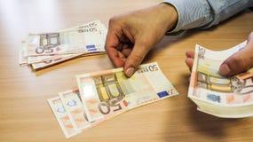 Hombre de negocios que cuenta el dinero Fotografía de archivo