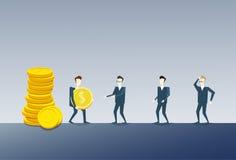 Hombre de negocios que da la pila de Coing al concepto de Team Salary Money Finance Success de los colegas Fotos de archivo