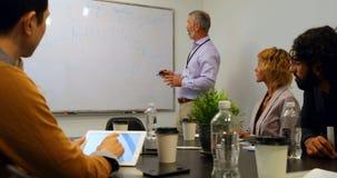 Hombre de negocios que da la presentación en la sala de conferencias 4k almacen de metraje de vídeo