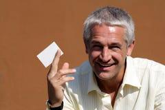 Hombre de negocios que da la tarjeta de visita en blanco Fotografía de archivo