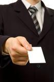 Hombre de negocios que da la tarjeta de visita en blanco Imágenes de archivo libres de regalías