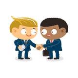 Hombre de negocios que da sacudiendo las manos y al amigo de la ayuda para unirse a negocio Foto de archivo libre de regalías