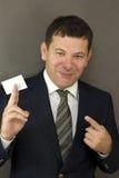 Hombre de negocios que da un espacio en blanco Fotografía de archivo