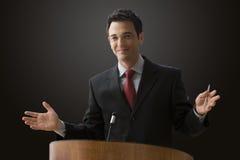 Hombre de negocios que da una conferencia Foto de archivo