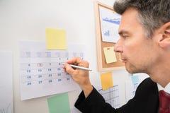 Hombre de negocios que destaca las fechas importantes Fotos de archivo libres de regalías