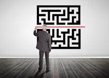 Hombre de negocios que dibuja la línea roja con código rápido de la respuesta Imagen de archivo