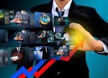 Hombre de negocios que dibuja un crecimiento de levantamiento del negocio de la flecha Imagen de archivo libre de regalías