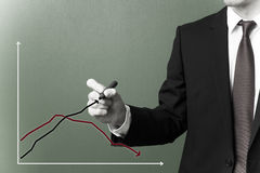 Hombre de negocios que dibuja un gráfico del crecimiento Imágenes de archivo libres de regalías