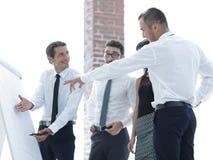 Hombre de negocios que discute con el equipo del negocio con nuevas ideas Fotos de archivo