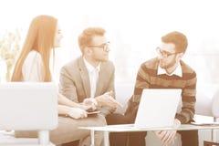 Hombre de negocios que discute con las ideas del equipo del negocio para un nuevo proyecto del negocio imagenes de archivo