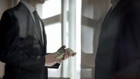 Hombre de negocios que dona la contribuci?n caritativa en efectivo, prosperidad del negocio imágenes de archivo libres de regalías
