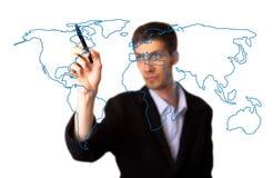 Hombre de negocios que drena la correspondencia de mundo en un whiteboard Imágenes de archivo libres de regalías